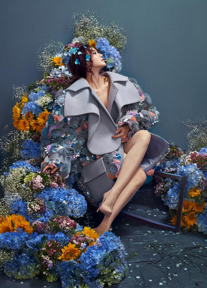 <p> Vẻ nữ tính của người đẹp trong loạt trang phục váy dáng dài xếp ly bồng bềnh, được hòa quyện giữa những gam màu nóng và lạnh. Cáckỹ thuật đính kết, họa tiết hoa được thêu thủ công dàn trải lên trên những chiếc áo choàng đi kèm trở thành điểm nhấn của set đồ.</p>