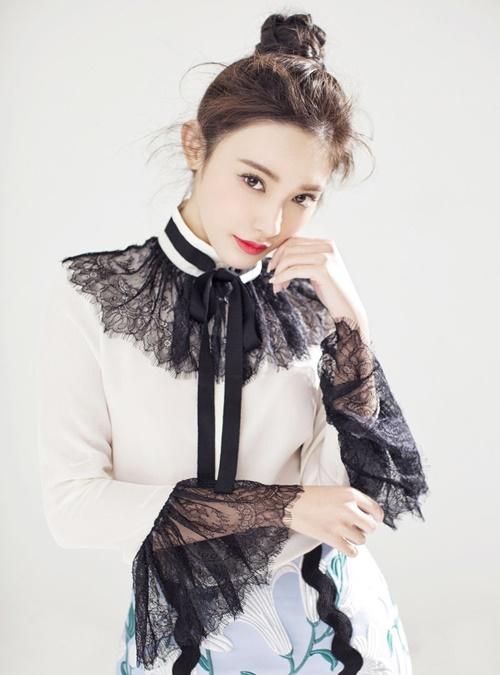 Thực tế, Bành Tiểu Nhiễm không phải là một gương mặt mới của làng giải  trí. Sau khi tốt nghiệp ngành phát thanh truyền hình của ĐH Truyền thông  Trung Quốc, cô đã có 6 năm hoạt động với vai trò MC và góp mặt trong  một số bộ phim nhưng chỉ với vai nhỏ.