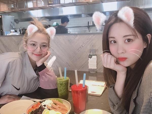 Hyo Yeon và Seo Hyun hội ngộ, vui vẻ pose hình xì tin. Dù đã rời SM, Seo Hyun vẫn giữ mối quan hệ tốt với các chị trong SNSD.