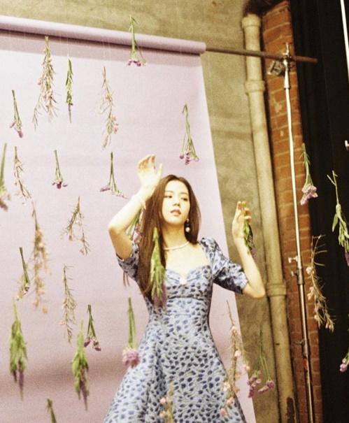 Ji Soo tiết lộ hậu trường chụp ảnh đơn sơ nhưng đầy sáng tạo với những cành hoa được treo lơ lửng bằng dây mảnh.