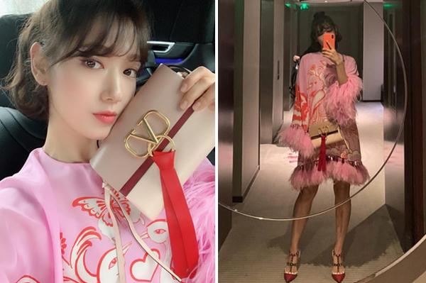 Park Shin Hye đi sự kiện với hàng hiệu Valentino. Cô nàng làm xoăn nhẹ và búi nửa đầu trông trẻ trung, xinh đẹp.
