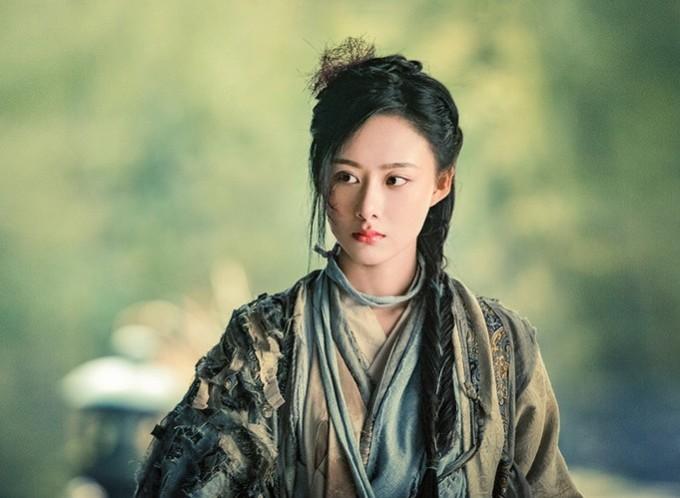 <p> Ân Ly, còn có tên khác là Thù Nhi, do Tào Hi Nguyệt (sinh năm 1994) thủ vai. Vì luyện môn tà công Thiên Thù Vạn Độc Thủ, dung mạo của Ân Ly bị hủy hoại. Tuy nhiên những vết rạch trên má phải không hề làm dung mạo Tào Hi Nguyệt trở nên xấu xí.</p>