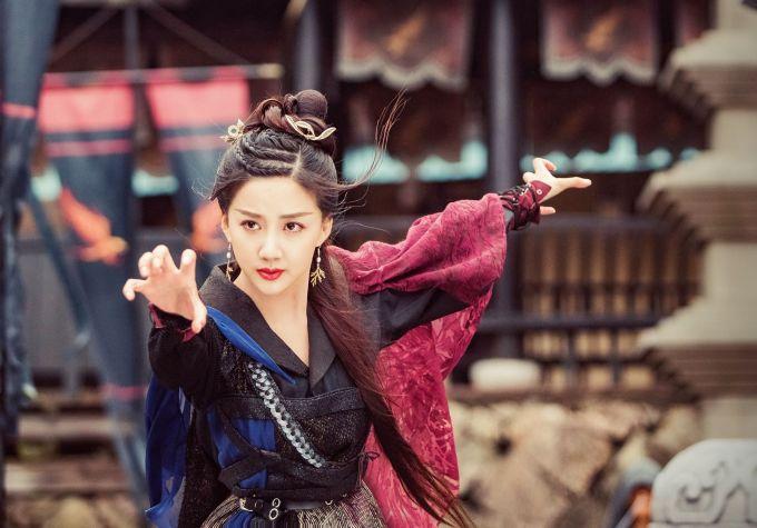<p> Trong những tập đầu vừa phát sóng, nhân vật Ân Tố Tố - mẹ của Trương Vô Kỵ - chiếm được nhiều tình cảm của khán giả vì nhan sắc xinh đẹp, diễn xuất tốt. Nhân vật này do Trần Hân Dư thể hiện.</p>