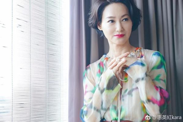Với sự nghiệp đóng phim đa dạng, Huệ Anh Hồng đã 3 lần nhận giải thưởnggiải Nữ diễn viên xuất sắc - Kim Tượng Hong Kong. Cô cũng là nữ diễn viên rất được khán giả Hong Kong mến mộ.
