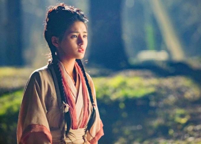 """<p> Hứa Nhã Đình (1994) đóng vai Tiểu Chiêu - thiếu nữ xinh đẹp, trong sáng, """"hồng nhan tri kỷ"""" của Trương Vô Kỵ (Tăng Thuấn Hy đóng).</p>"""
