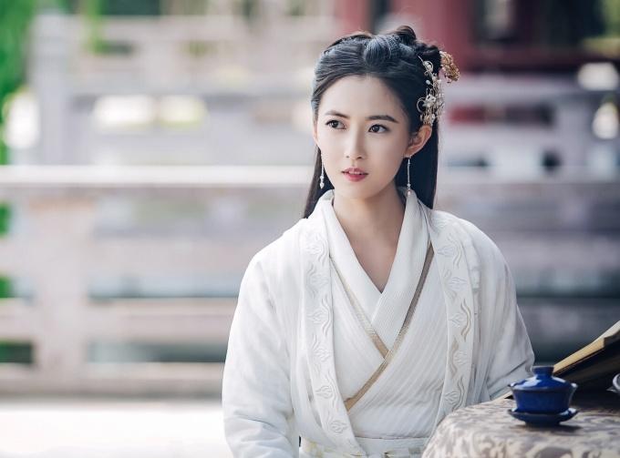 """<p> Khi mặc trang phục nữ, nàng Triệu Mẫn cũng xinh đẹp không kém Chu Chỉ Nhược. Nữ diễn viên sinh năm 1992 được khen có diện mạo mang nét riêng, không hề """"đại trà"""" như nhiều gương mặt trẻ hiện nay.</p>"""