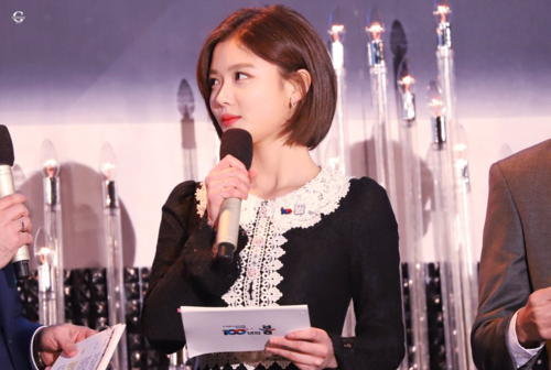 Nữ diễn viên xuất hiện xinh đẹp trong chương trìnhLễ Kỷ niệm 100 năm Ngày Độc Lập với mái tóc mới. Netizen nhận xét Yoo Jung luôn xinh đẹp dù tóc ngắn hay tóc dài.