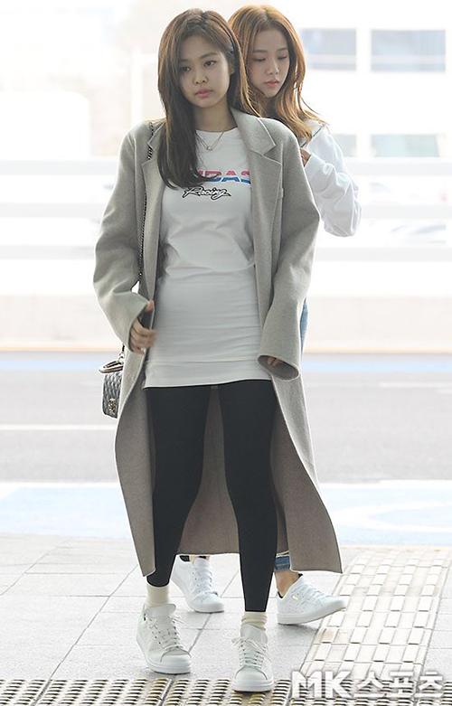 Irene, Jennie lộ khuyết điểm kém duyên ở sân bay - 1