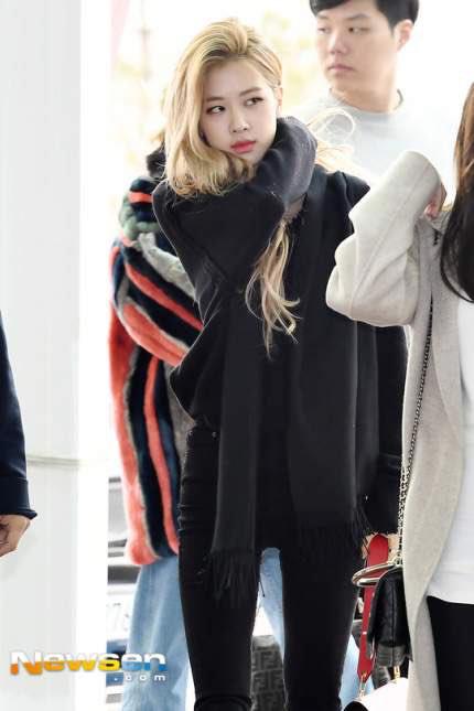 Irene, Jennie lộ khuyết điểm kém duyên ở sân bay - 2