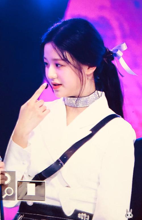 JJang Won Young cũng thay đổi sang màu tóc tối hơn. Kiểu tóc buộc nửa sau nhẹ nhàng của Center IZONE cũng gây sốt trên các diễn đàn.