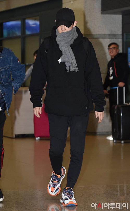 Irene, Jennie lộ khuyết điểm kém duyên ở sân bay - 8