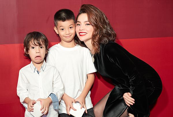 Subeo - con trai của Hồ Ngọc Hà cũng có mặt để chúc mừng mẹ. Bé ngày càng trưởng thành với chiều cao nổi trội.