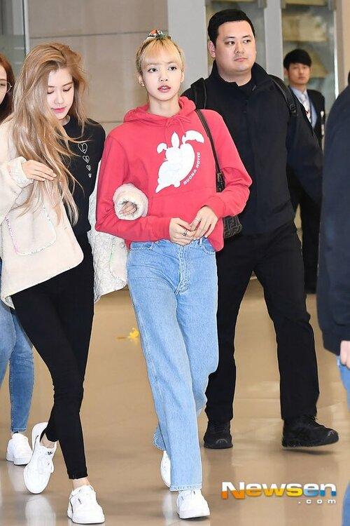 Irene, Jennie lộ khuyết điểm kém duyên ở sân bay - 4