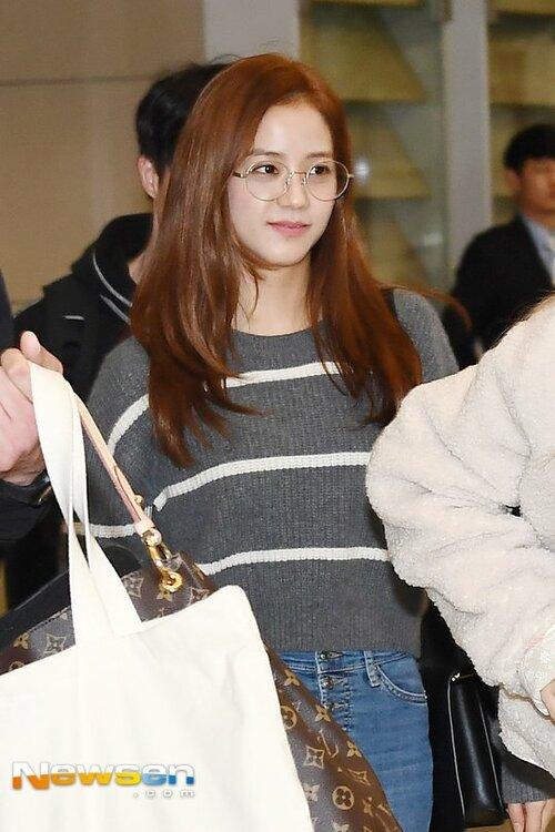 Irene, Jennie lộ khuyết điểm kém duyên ở sân bay - 5