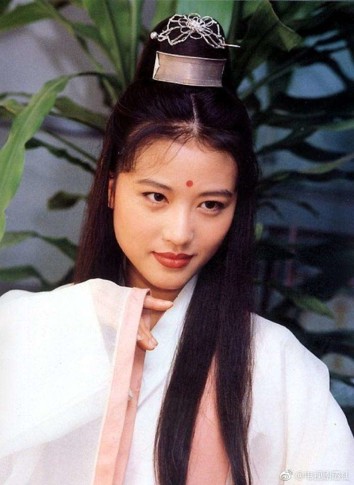 Châu Hải My rất có duyên với Ỷ thiên đồ long ký. Cô từng nổi danh với vai Chu Chỉ Nhược trong phiên bản năm 1994. Nhà văn Kim Dung từng rất hài lòng với khả năng diễn xuất của Châu Hải My với vai diễn này.