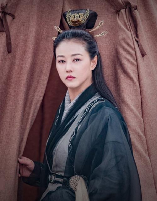 Ở tuổi 52, Châu Hải My còn lấn áp cả các sao trẻ khác trong phim. Cô được mệnh danh là Người đẹp không tuổi của Hong Kong vì xinh đẹp vượt thời gian.