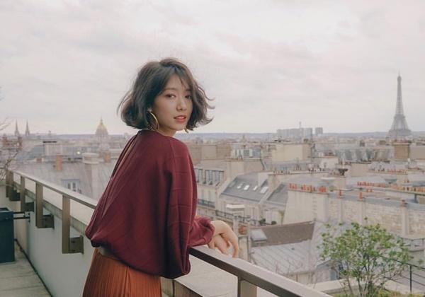Park Shin Hye quyến rũ ở Paris với kiểu tóc ngắn uốn xoăn bồng bềnh.