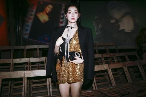 Trưởng nhóm Red Velvet nổi bần bật nhờ chiếc váy lấp lánh, làn da như phát sáng trong bóng tối. Irene có khuôn mặt cân mọi kiểu trang phục. Cô nàng là gương mặt quảng cáo được yêu thích dù không có chiều cao, tỉ lệ cơ thể chuẩn.