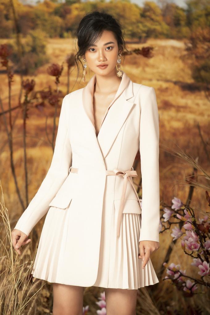 <p> Trong bộ ảnh này, Quỳnh Anh khoác lên mình những trang phục có kiểu dáng xòe cổ điển, điểm nhấn thường ở phần cổ và ngực.</p>