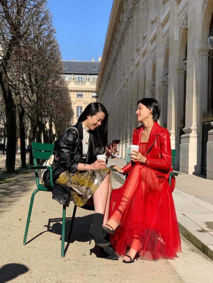 <p> Chuyến đi Paris đã mang lại cho Khánh Linh cơ hội gặp Yutopia Yu Lee - Biên tập viên Thời trang của tạp chí thời trang số 1 Đài Loan Wazaai. Ấn tượng với bộ cánh đỏ rực của Khánh Linh, Yutopia đã lập tức mời cô phỏng vấn cho tạp chí này.</p>