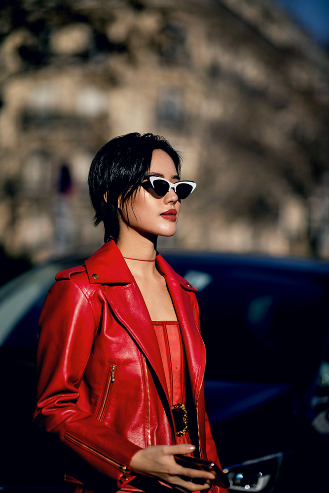 <p> Khánh Linh mong muốn mang đến bầu không khí tươi vui của Tết Á Đông sang trời Âu thông qua trang phục lần này.</p>