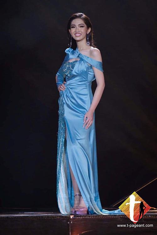 Trang phục dạ hội của Nhật Hà.