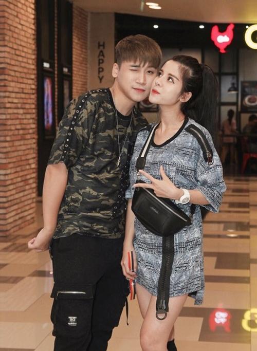 Huy Cung cùng bà xã Mỹ Linh ngọt ngào chốn đông người. Cả hai vừa cưới nhau hồi tháng 12/2018.