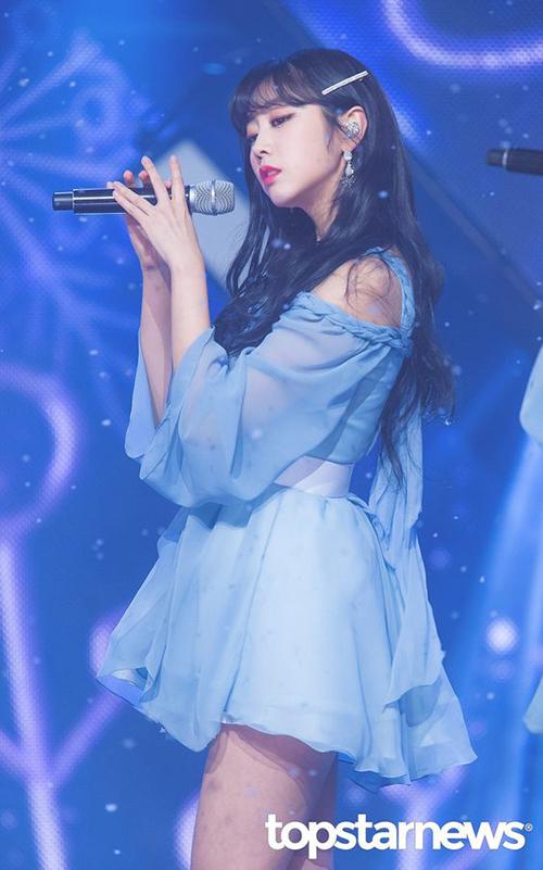 Trước khi debut, Seo Ji Soo từng trở thành tâm điểm tranh cãi vì bị tố là người đồng tính, từng bắt nạt, phát tán ảnh khỏa thân của người khác. Thành viên Lovelyz sớm được minh oan và ngày càng khẳng định bản thân khi hoạt động cùng nhóm.