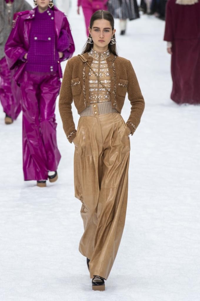 <p> Thanh lịch nhưng vẫn giải phóng hình thể tối đa là phong cách chung của Chanel cũng như bộ sưu tập này. Những chiếc áo khoác dáng suông, quần ống rộng... có khả năng chinh phục giới mộ điệu qua nhiều năm.</p>
