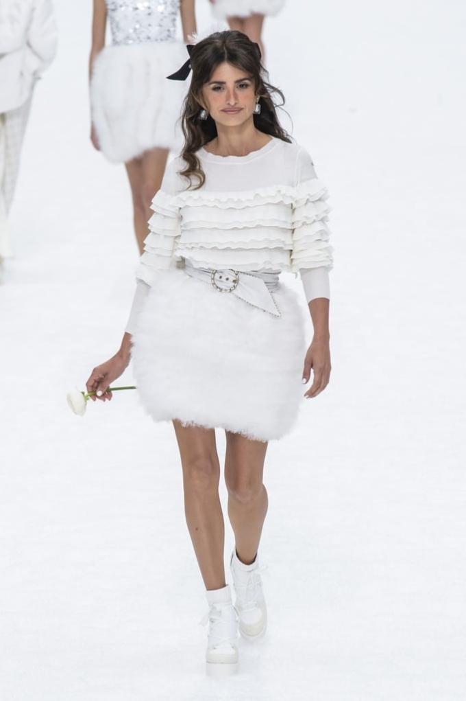 <p> Nữ diễn viên Penelope Cruz như bông hoa tinh khôi làm vedette giữa màn tuyết trắng bao phủ.</p>