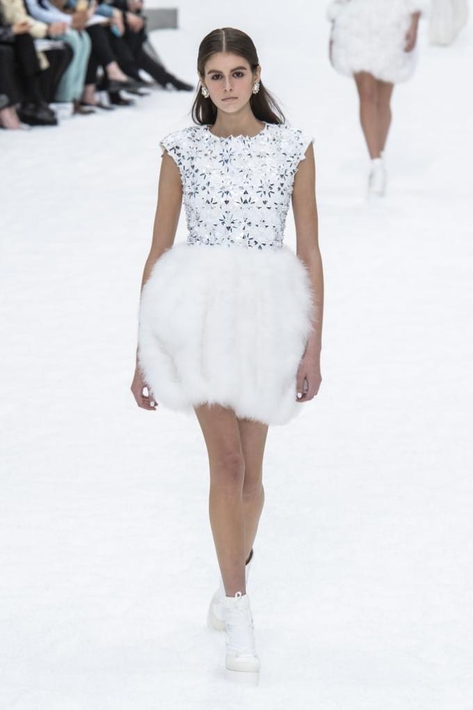 <p> Kaia Gerber - con gái của siêu mẫuCindy Crawford - cũng là gương mặt quen thuộc trên sàn diễn Chanel vài năm gần đây.</p>