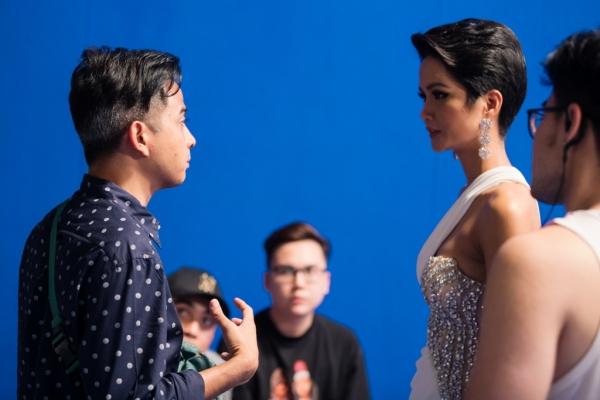 HHen Niê có cơ hội làm việc cùng đạo diễn nổi tiếng người Thái Lan.