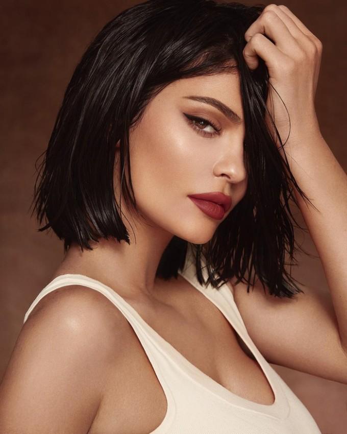 """<p> Dù được mệnh danh là """"tỷ phú tự thân"""", nhiều người cho rằng Kylie Jenner vốn được sinh ra từ gia đình giàu có và nổi tiếng. Đó là bệ phóng để chị em cô kiếm tiền. Đáp lại,Kylie Jenner cho rằng danh xưng """"tự thân"""" đặt cho mình là xứng đáng bởi bố mẹ cô bắt đầu cắt viện trợ từ lúc 15 tuổi.</p>"""
