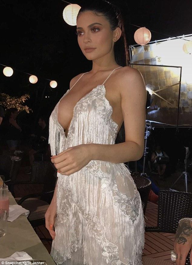 """<p> Ba vòng củaKylie Jenner luôn là điểm thu hút sự chú ý của người đối diện. Vòng một """"khủng"""" từng khiến nữ người mẫu bị nghi ngờ đi bơm ngực. Kylie phủ nhận: """"Chỉ là tôi đã trưởng thành hơn. Tôi tăng gần 7 kg và kéo theo cả cơ thể cũng thay đổi"""".</p>"""