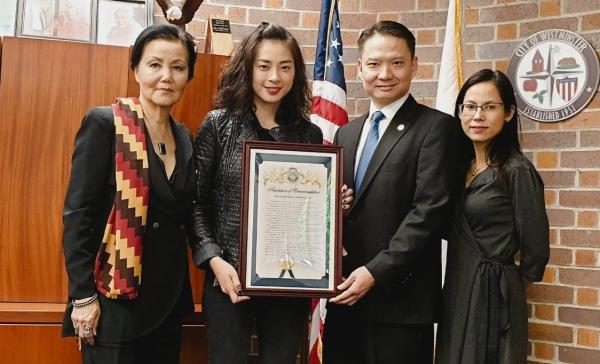 Ngô Thanh Vân nhận bằng khen tại Mỹ.