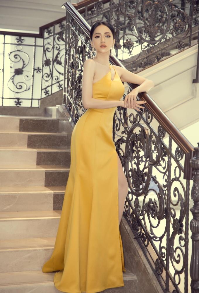 <p> Cô chọn diện bộ váy dạ hội màu vàng với những đường cắt táo bạo.</p>