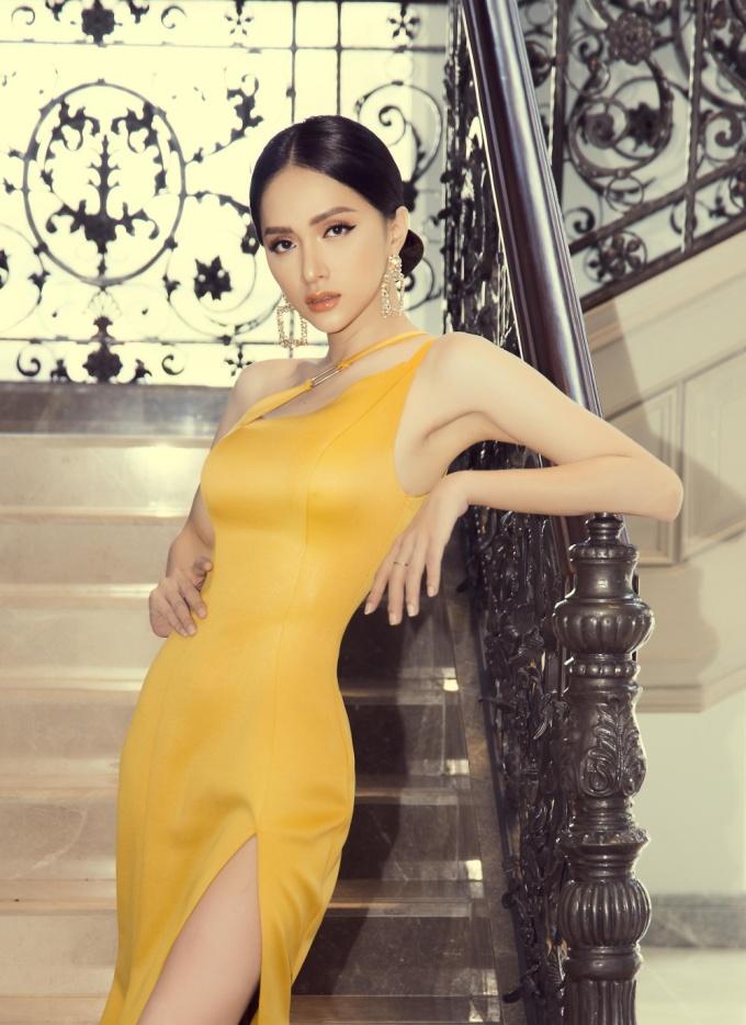 <p> Hương Giang khoe vẻ đẹp quyến rũ.</p>