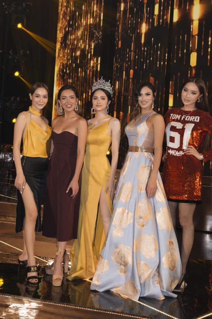 <p> Hương Giang cùng với 4 cựu hoa hậu trước đó đảm nhận vai trò giám khảo cho vòng thi này.</p>