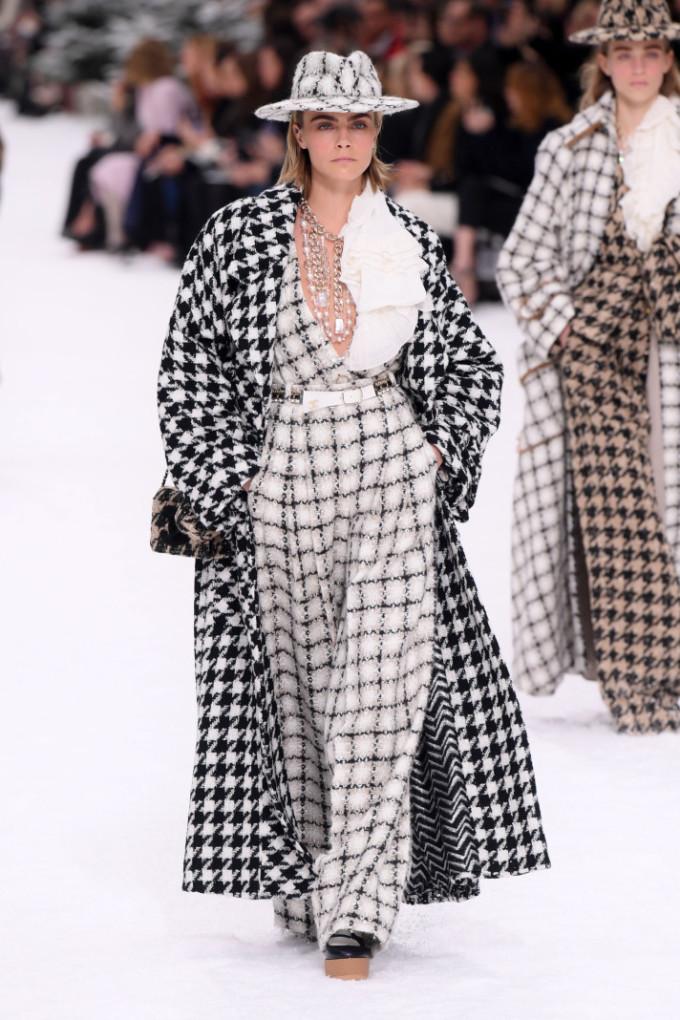 """<p> Cara Delevingne là người mở đầu show. Thời Karl Lagerfeld còn sống, Cara là """"nàng thơ"""" được ông cưng chiều số một, luôn được đảm nhiệm vị trí vedette chào kết khán giả.</p>"""