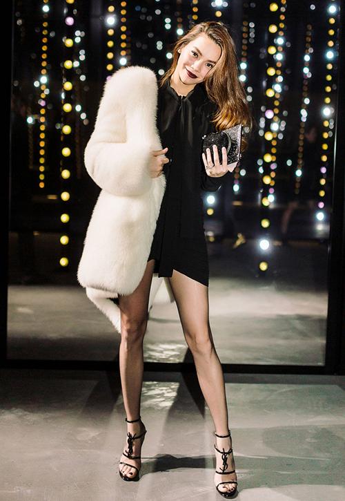Trong chuyến sang Paris công tác để tham dự fashion week, Hà Hồ không ngại đầu tư số tiền lớn cho hàng hiệu. Dự show của Saint Laurent, người đẹp chi khoảng 400 triệu đồng để sắm cả cây đồ của thương hiệu này, từ áo váy cho đến quần tất đều là hàng đắt đỏ.