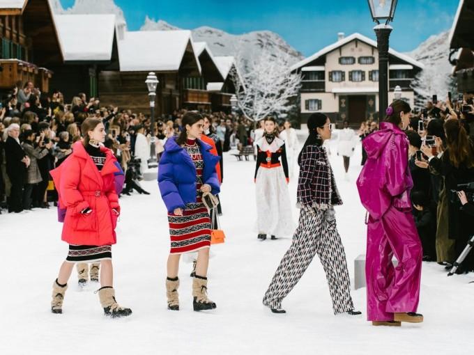 <p> 72 thiết kế thể hiện tinh thần của Karl Lagerfeld rất rõ. Bộ sưu tập vẫn sử dụng chất liệu vải tweed kinh điển của Chanel, đi kèm là các kiểu họa tiếthoundstooth đậm cảm hứng mùa đông. Màu sắc đi từ đen trắng đến những sắc rực rỡ như một bản hòa ca của sắc màu.</p>