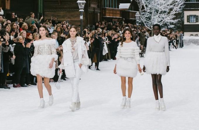 <p> Các thiết kế mới được vinh danh bởi những nàng thơ trứ danh của Karl Lagerfeld như Cara Delevingne,Mariacarla Boscono, Amanda Sanchez, Soo Joo Park, Anna Ewers...</p>