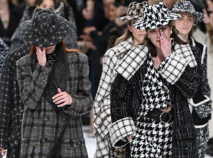 <p> Show diễn dành khá nhiều thời gian để tưởng nhớ Karl Lagerfeld. Nhiều giọt nước mắt lăn xuống trên má của người mẫu và các khách mời khica khúc <em>Heroes</em> của David Bowie - một huyền thoại mà Karl Lagerfeld vô cùng trân trọng - được vang lên. Các siêu mẫu ngồi front-row như Naomi Campbell hay Claudia Schiffer cũng không kìm được nước mắt.</p>