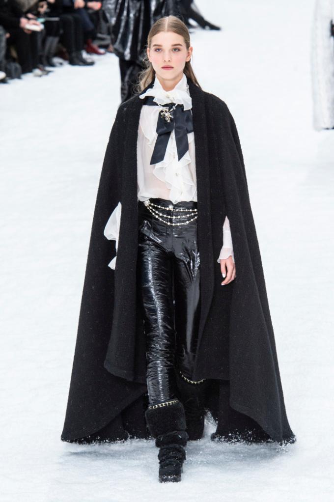 <p> Thật khó để hình dung một Chanel thiếu vắng Karl Lagerfeld, tuy nhiên bộ sưu tập này như một lời khẳng định tinh thần Lagerfeld vẫn sẽ được giữ nguyên những năm tới và triều đại Chanel chưa thể kết thúc.</p>