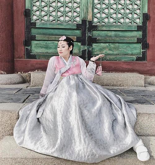 Á hậu Tú Anh lục lại ảnh thời chưa sinh em bé, vẫn còn được tung tăng dạo chơi ở Hàn Quốc.