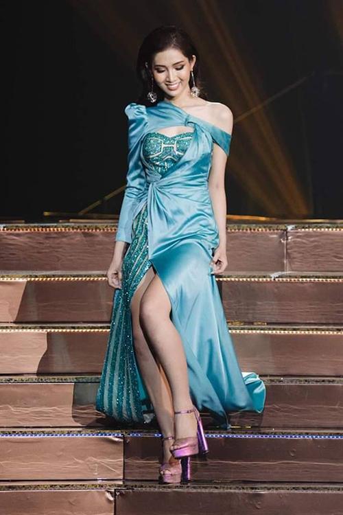 Bộ váy dạ hội bị chê xấu của Nhật Hà.