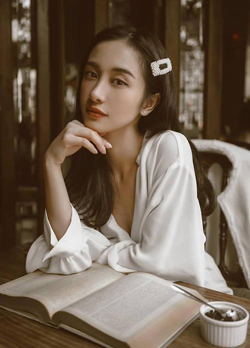 Jun Vũ diện cặp tóc ngọc trai tôn lên vẻ đẹp cổ điển.