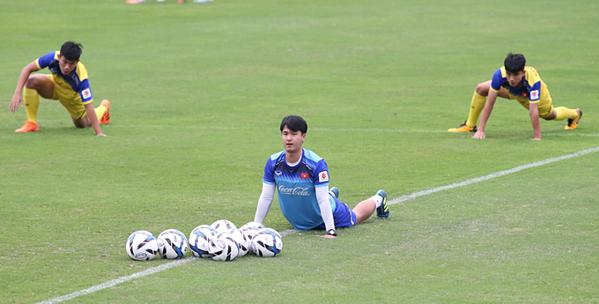 Mặc áo xanh trong hình là trợ lý thể lực người Hàn Quốc Park Sung-gyun.Ảnh: Lâm Thỏa.