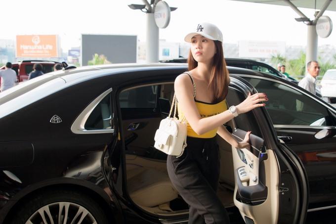 <p> Ngọc Trinh vừa có mặt ở sân bay Tân Sơn Nhất để sang Singapore, chuẩn bị tham dự sự kiện <em>Đêm hội chân dài 12</em>.</p>