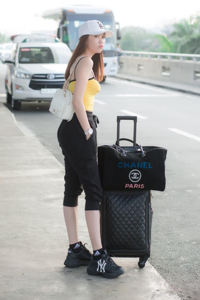 <p> Như thường lệ, Ngọc Trinh gây chú ý khi diện cây hàng hiệu từ đầu đến chân. Bộ cánh kiểu thể thao khỏe khoắn được cô mix cùng giày Gucci, ba lô và túi xách, vali đều thuộc hãng Chanel.</p>